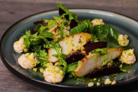 Свекольный салат с телятиной и копченым сулугуни